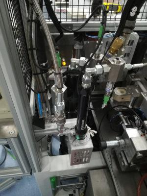Machine de dépose de polymère liquide dans des boîtiers électroniques