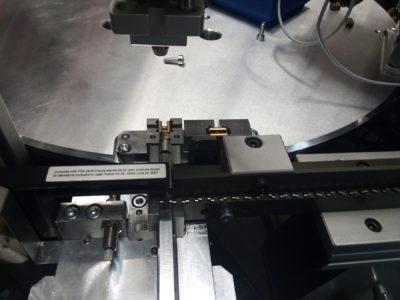 Machine à plateau tournant pour l'assemblage de bornes électriques à ressort