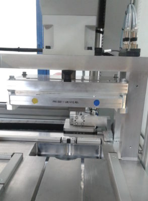 Machine automatique pour l'assemblage de contacts sur cartes électroniques